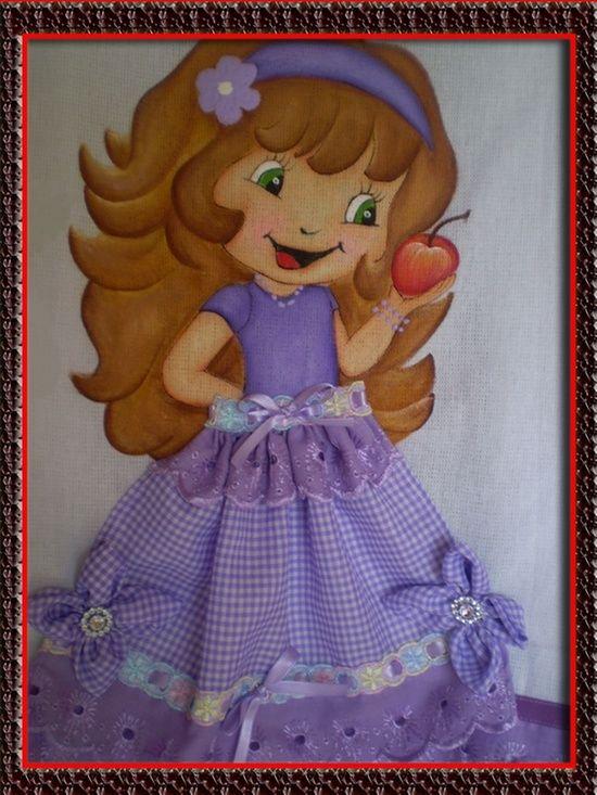 boneca com maça pintada no pano