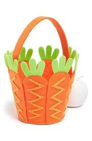 cesta de pascoa com cenourinhas nas laterais