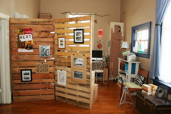 divisória de tamanho médio feita em madeira para interior