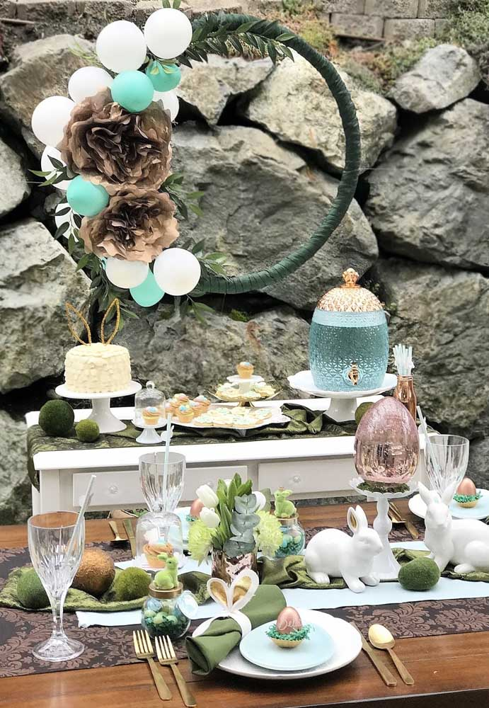 linda mesa decorada com tematica de pascoa