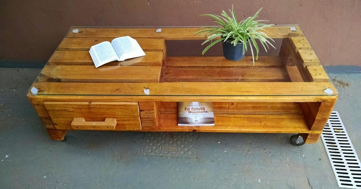 pequena mesa com gaveta toda feita com madeira