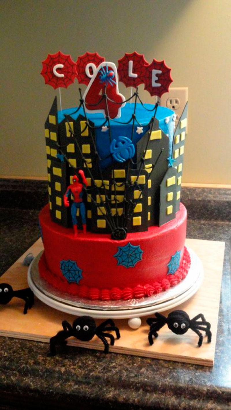visual estilo homem aranha com predios no bolo