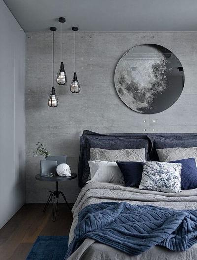 Detalhes em azul na cama combinando com parede acinzetada