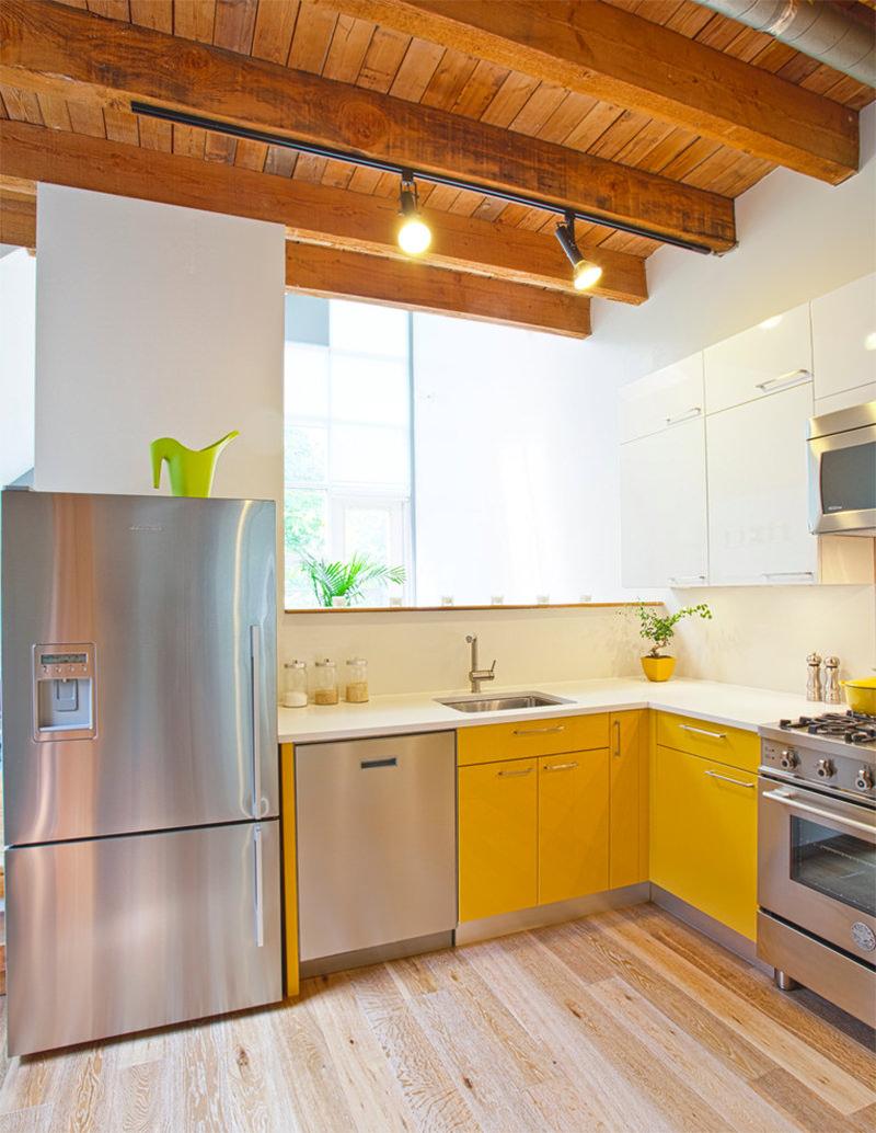 Pequenos pontos amarelos na cozinha com detalhes em amdeiras