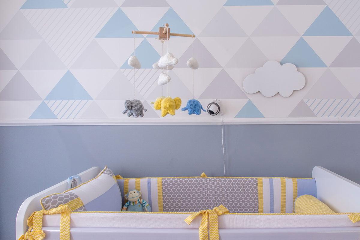 Quarto com tonalidades sutis de azul ma parede
