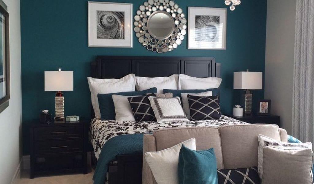 azul esverdeado na parede e em almofadas misturado com cores fracas
