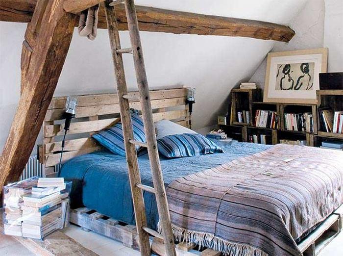 cama no sotão feita com madeira reutilizada e com decoraçao rustica