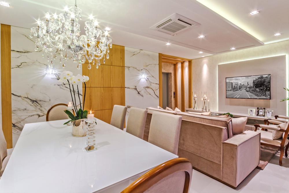 pequena sala para jantar em conjunto com sala e com lustre