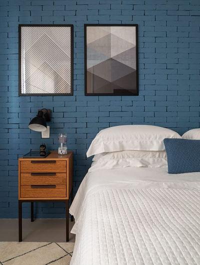 tijolos pintados com azul forte na parede da sua casa