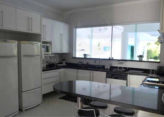 Cozinha americana simples com janela