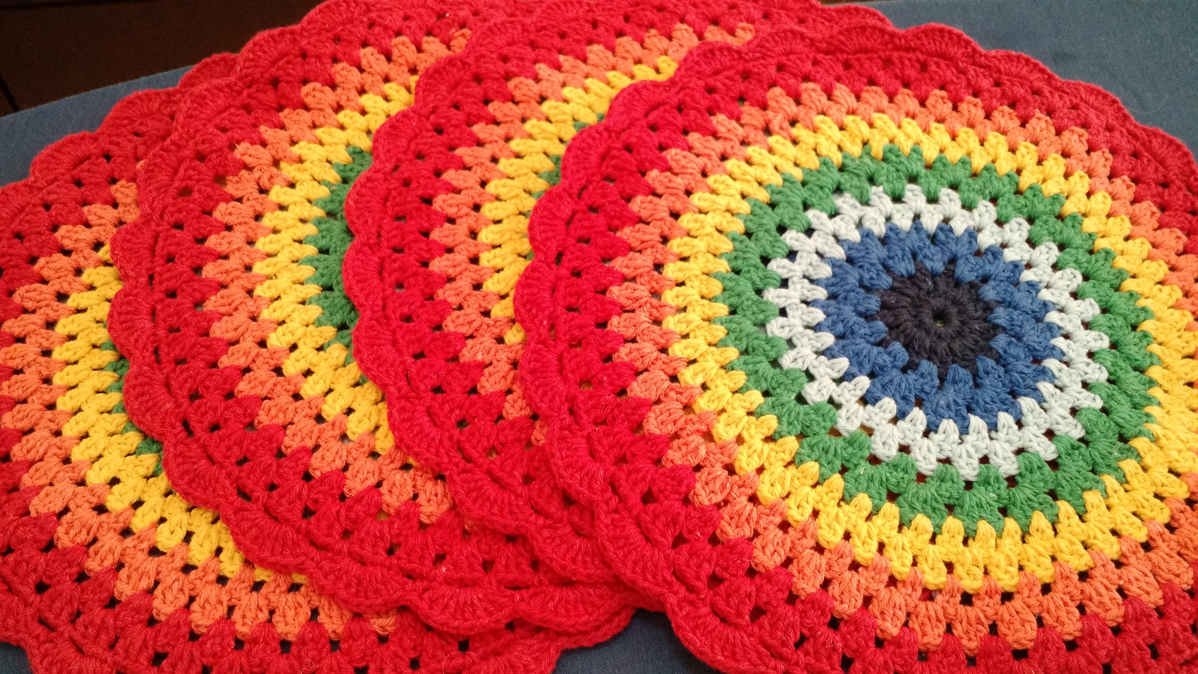 Jogo americano de crochê colorido