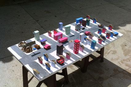 Maquete de cidade com sucata