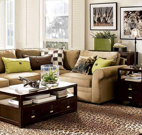 Mistura de marrom com verde nas mesas e sofas