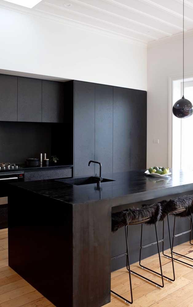 Móveis pretos para o ambiente interno com torneira preta