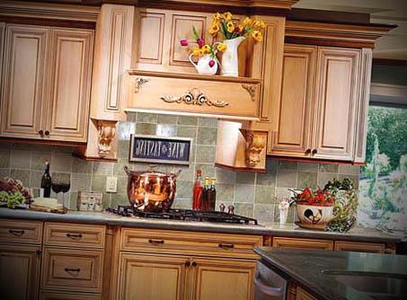 Muitos móveis de madeira para a cozinha