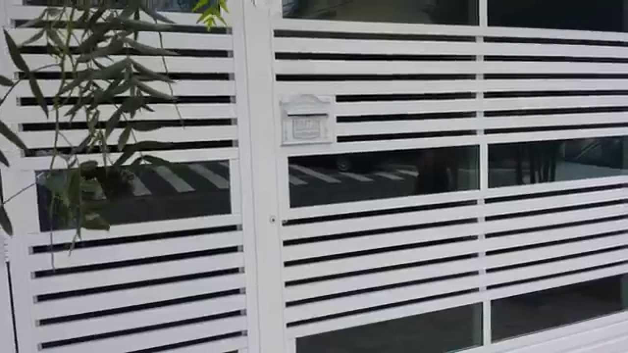 Portão de alumínio branco com vidro