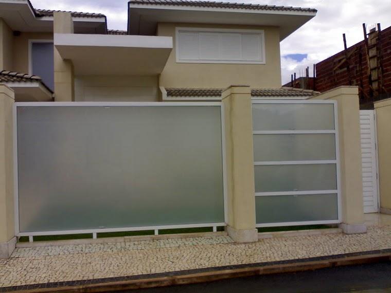 Portão de alumínio branco com vidroo