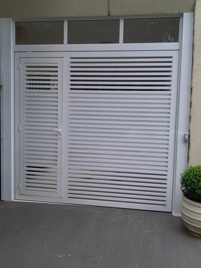 Portão de alumínio com portaa