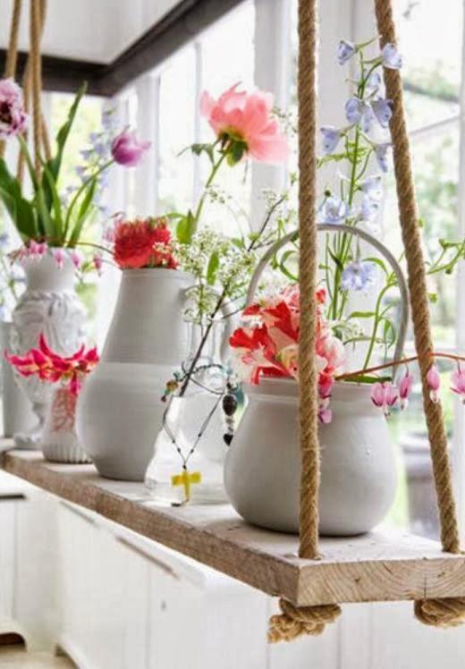 Vazos suspensos com flores delicadas