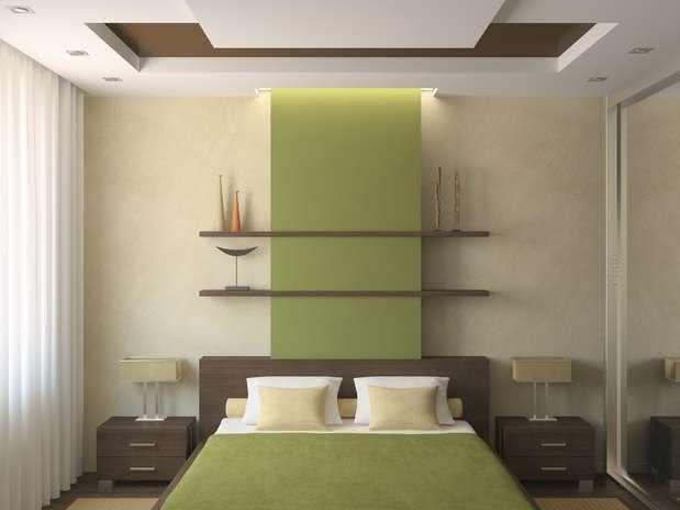marrom nas estantes e verde na cama e na parede