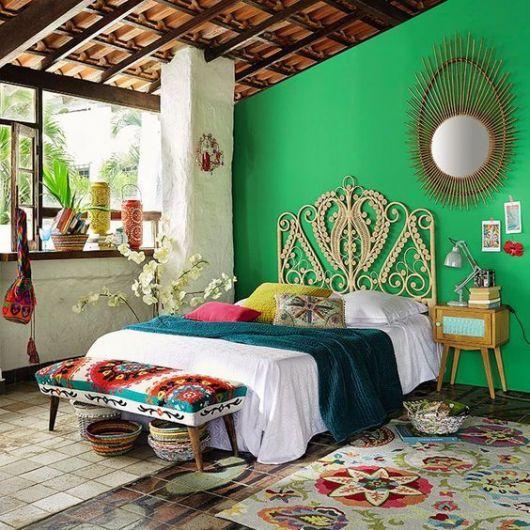 moveis marrons com um unica parede em verde forte