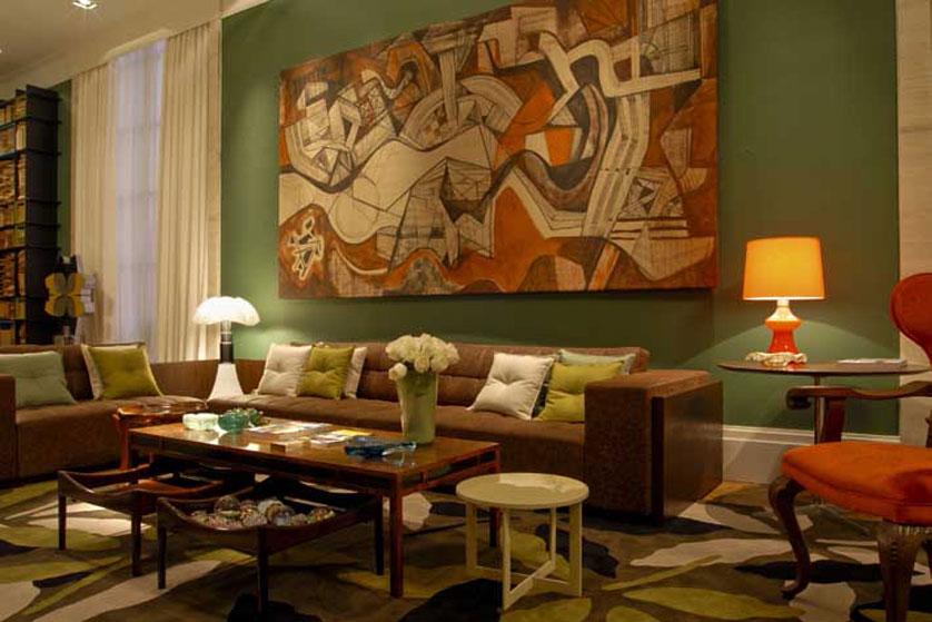 sofá marrom e mesa marrom com outras partesd em verde
