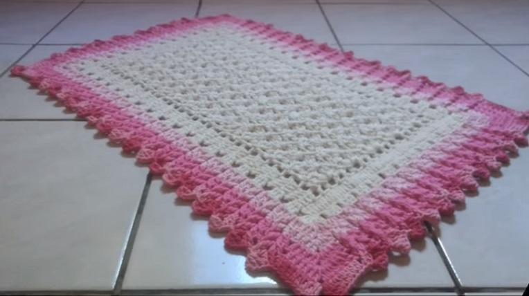 tapete para o chão da pia com bordas em rosa e centro embranco