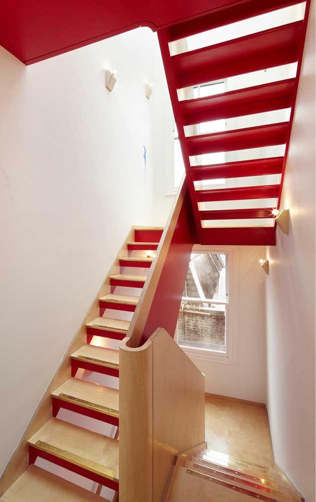 usando a cor vermelha nas escadas