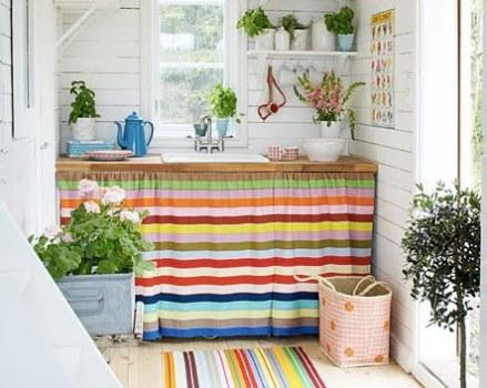 usando panos coloridos no balcão