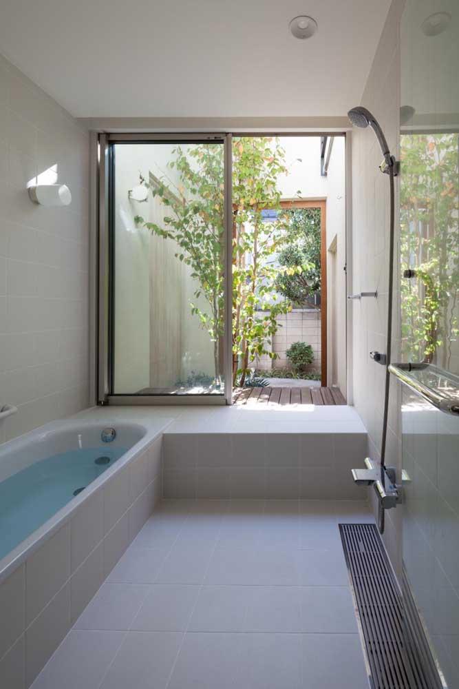 Banheiro com grandes proporções e dimenções