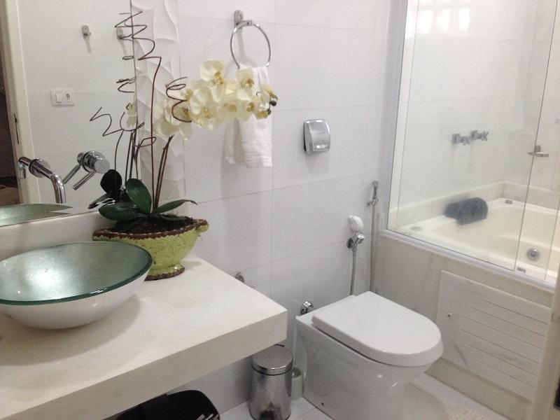 Banheiro quadrado 2x2 com banheira