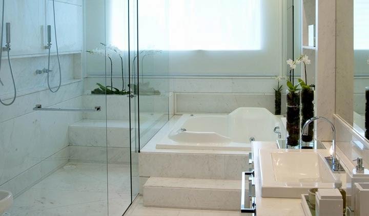 Banheiro quadrado com banheiraa