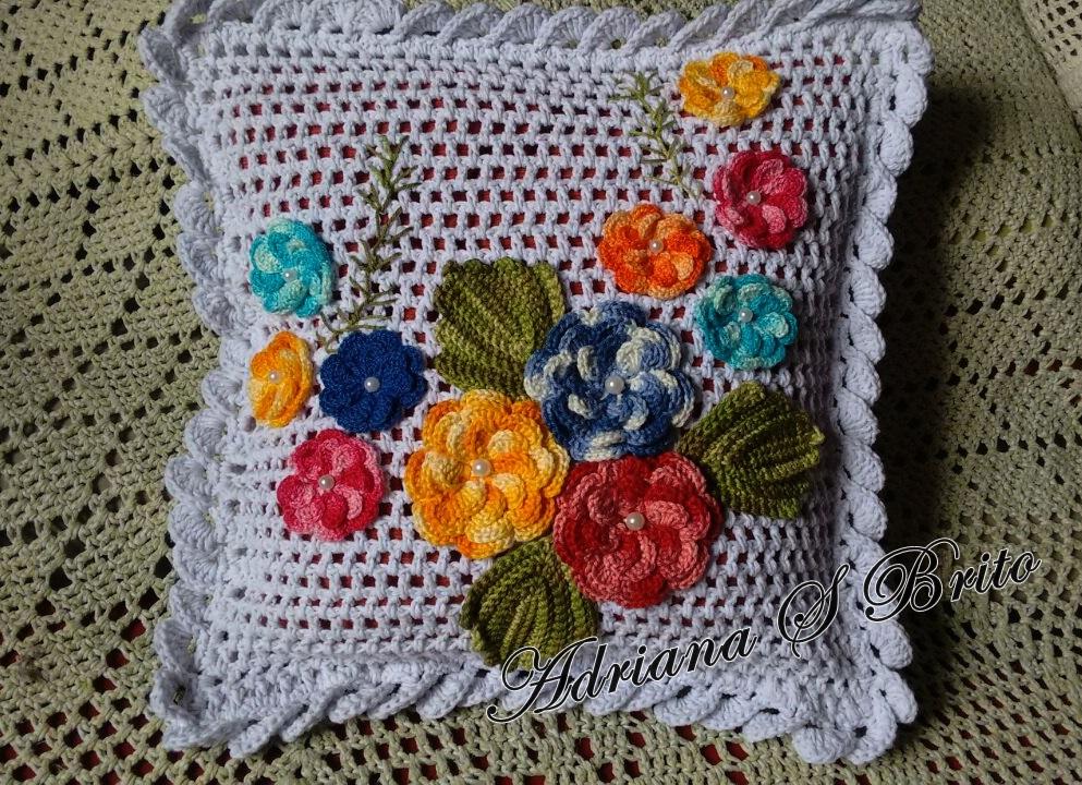 Capa de almofada de crochê com flor