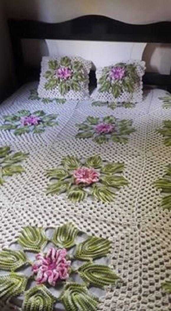 Colcha de crochê com flores e folhas