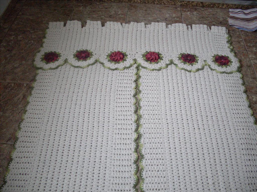 Cortina de crochê com flores catavento