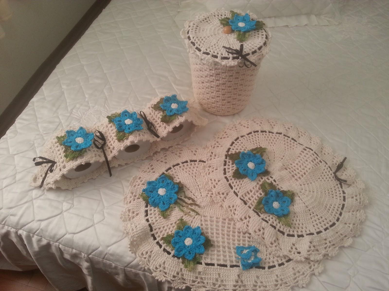 Flor azul no tapeet com ponto branco no meio e bordas brancas