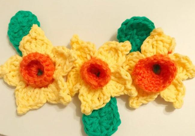 Flore confecionada em croche com laranja no meio