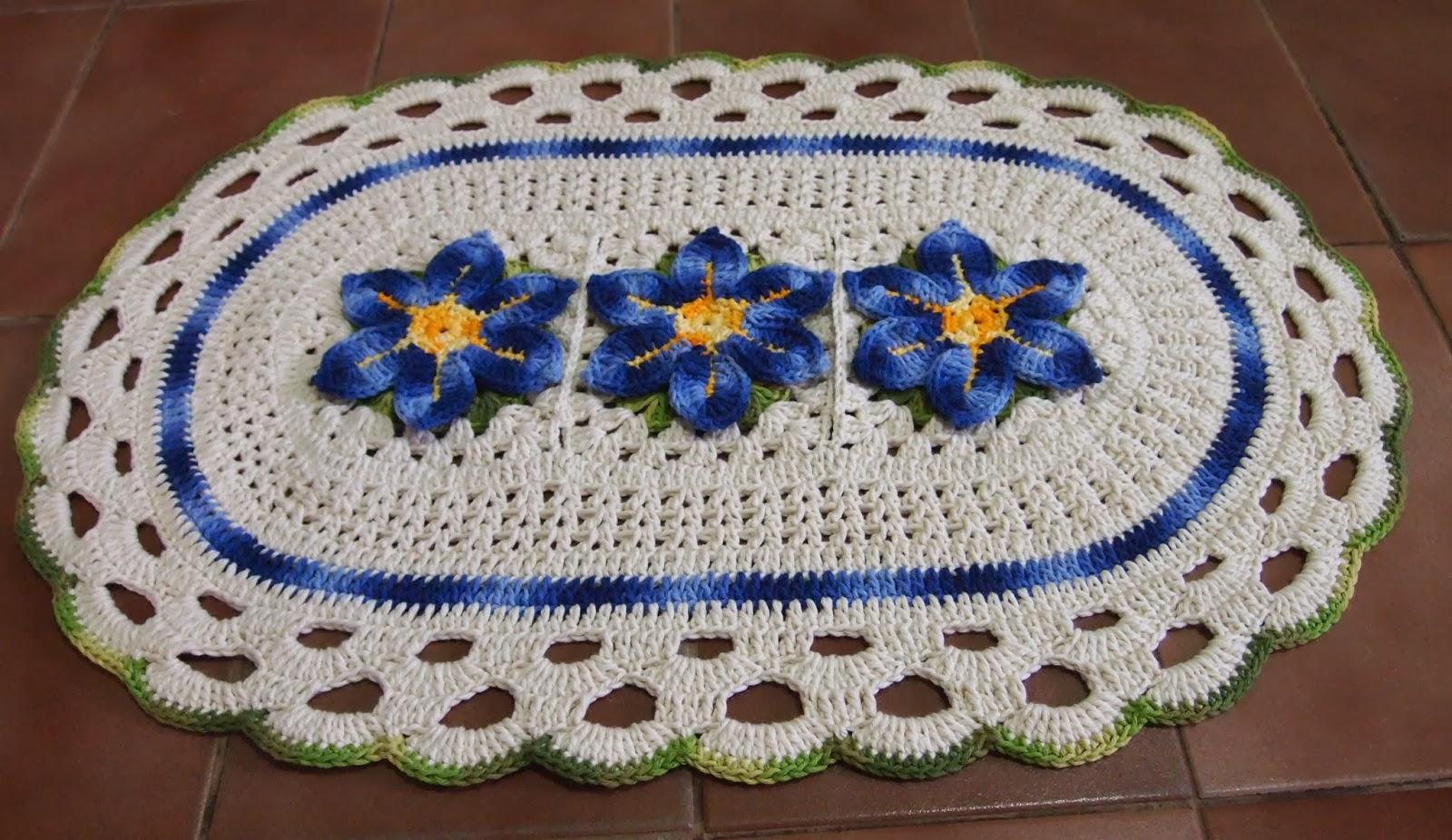 Flores alinhadas no centro de um tapete de croche lindo e redondo