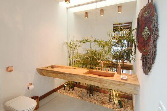 Jardim de inverno dentro do banheiro com folhagens