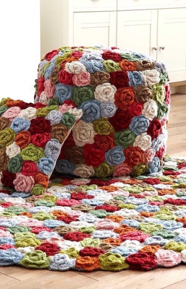 Muitas flores de croche em um mesmo tapete com diversas cores