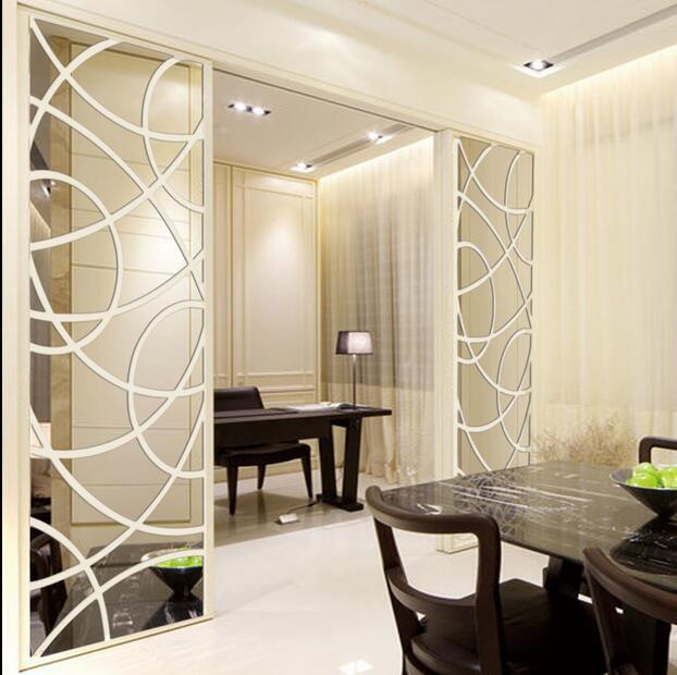 Papel de parede e espelho com molduras