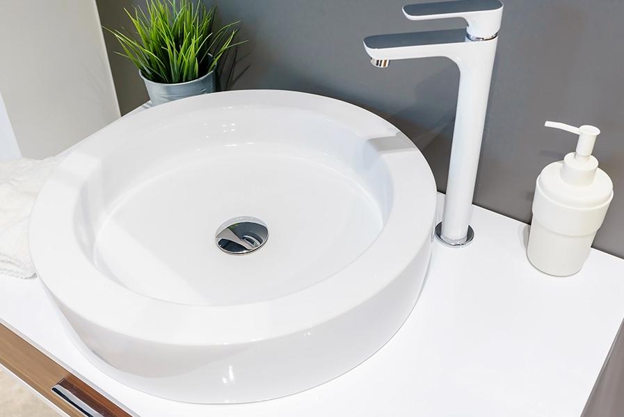 Pia moderna para um banheiro inovador em branco e cinz