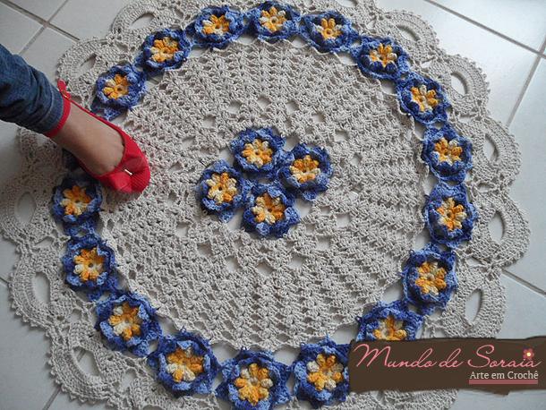 Tapete de crochê com flor azul
