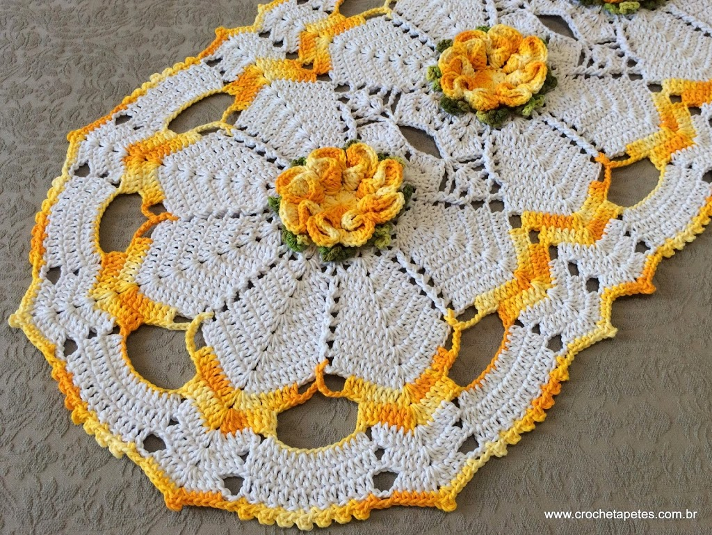 Tapete de crochê com flores amarela