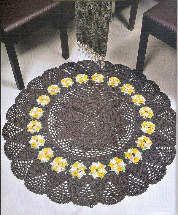 Tapete de crochê redondo marrom com flores amarela