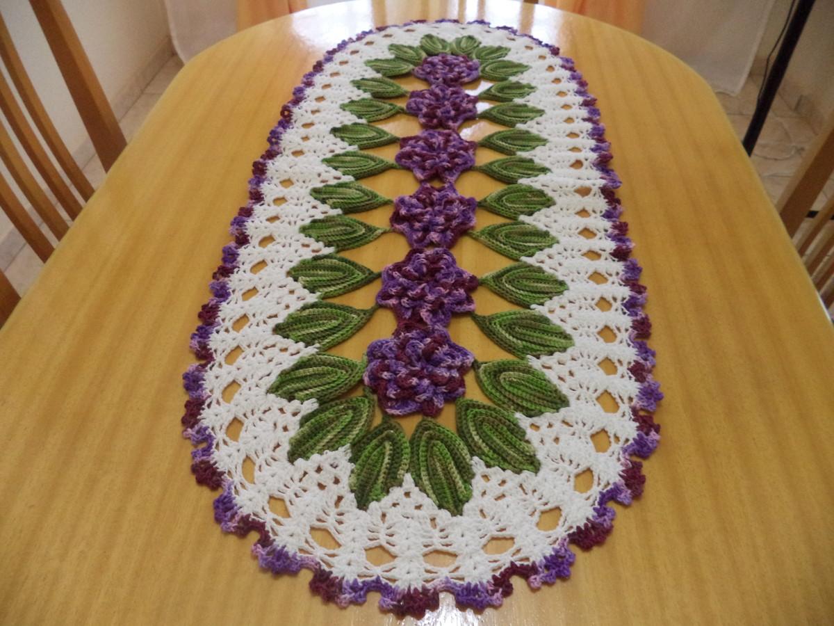 Trilho de mesa de crochê com flores e folhas