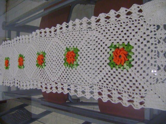Trilho de mesa em crochê com flores catavento
