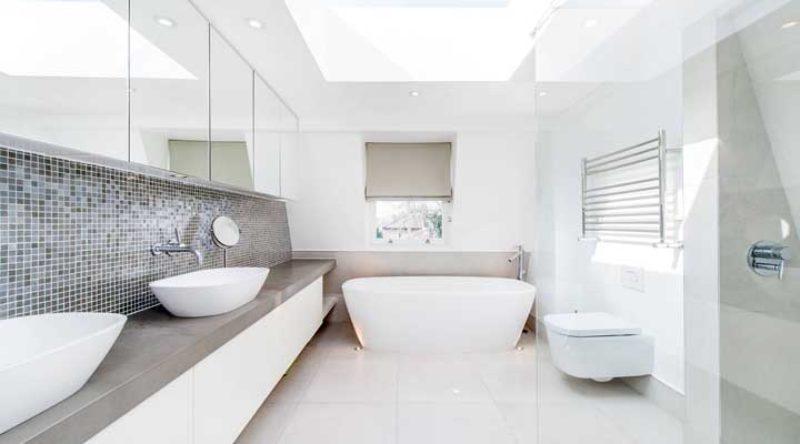 Um banheiro muito espaçoso e com mais duas pias