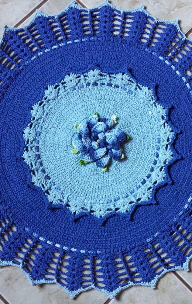 Varios tons de azul na mesma peça e com centro em azul fraco