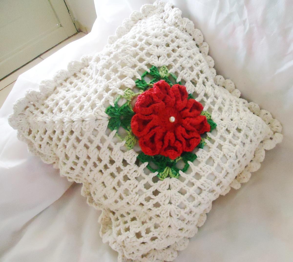 almofada de croche com flor no centro